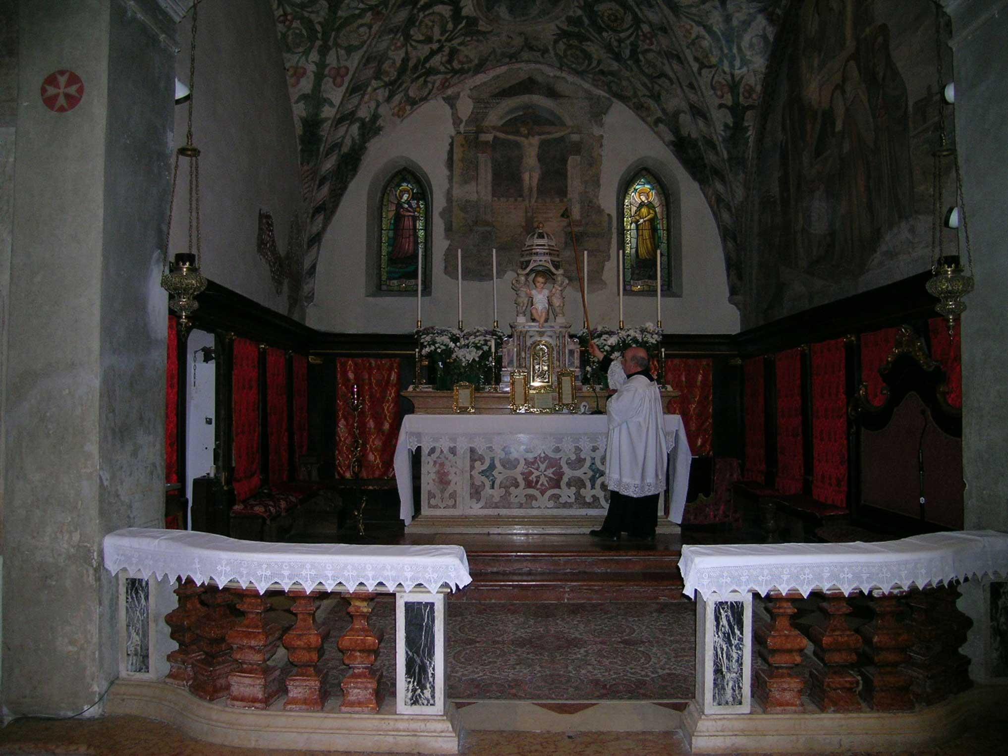 L altare cristiano cattolico for Arredo chiesa