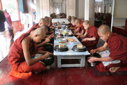 monaci tibetani pranzo